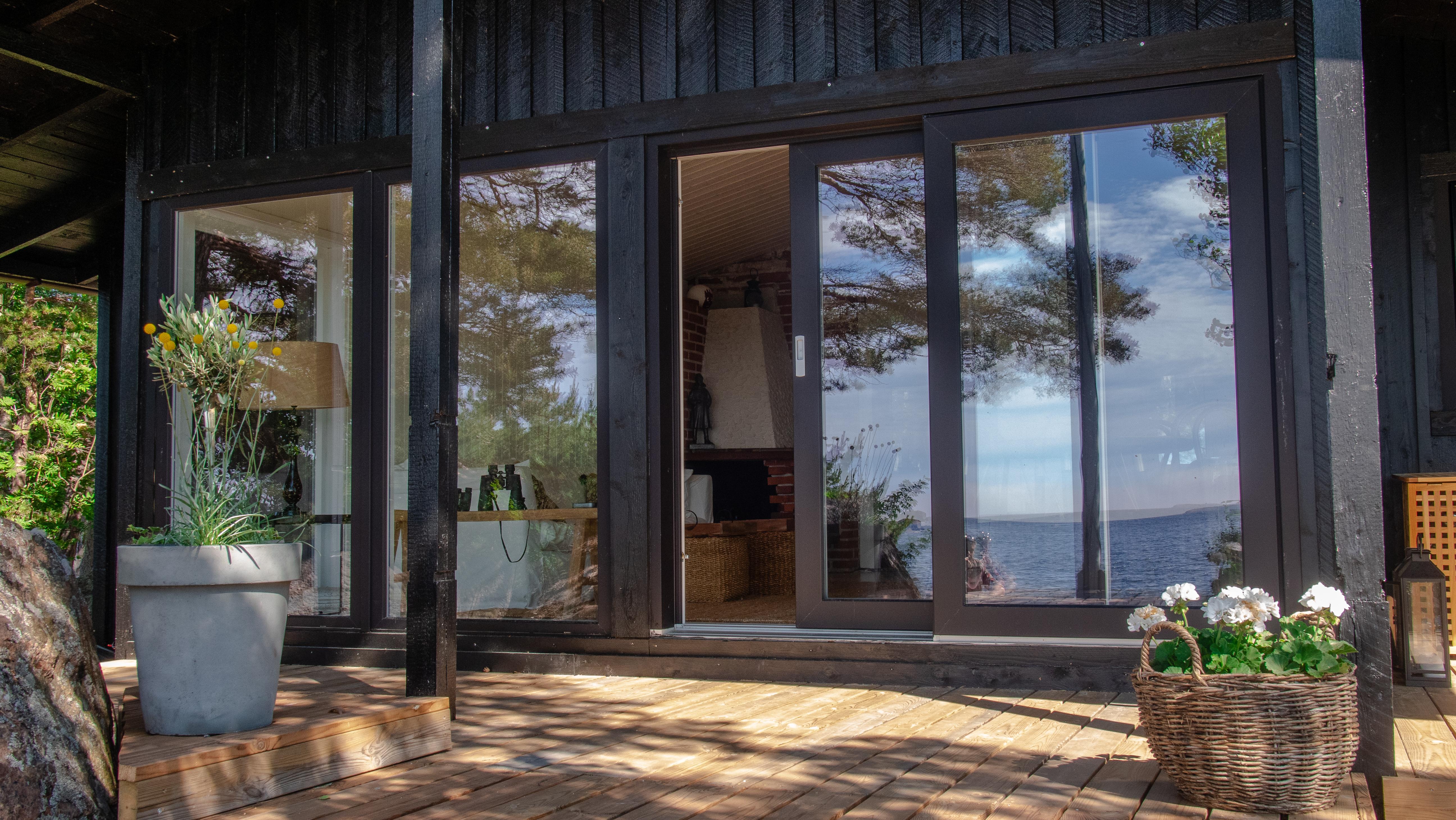 Vanhasta mökkirakennuksesta saatiin suurilla lasipinnoilla modernin näköinen kohde