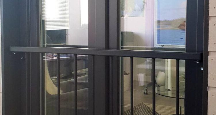 Ranskalainen ikkuna integroidulla kaiteella.