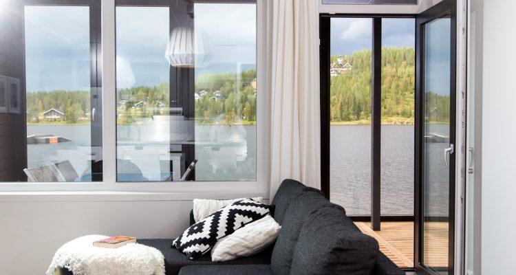 Kiinteä ikkuna ja ikkunaovi.