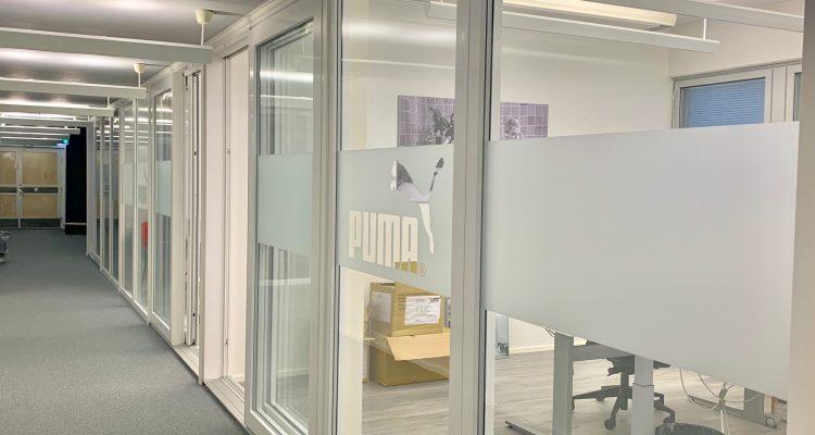 Tyylikkäillä väliseinäratkaisuilla yksityisyyttä ja joustavuutta toimistoihin.