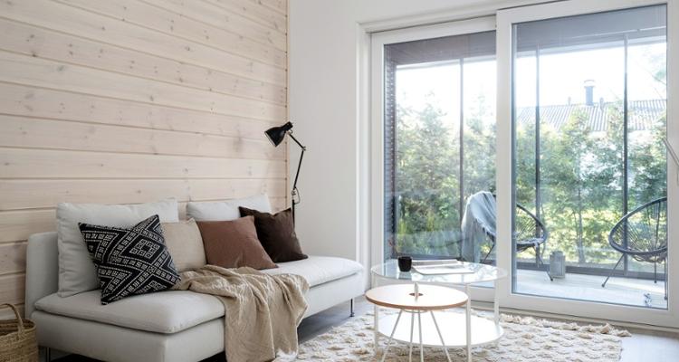 Sivulle aukeava liukuovi säästää tilaa niin olohuoneen kuin terassinkin puolelta.