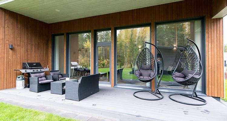 Iccunan ulkopuolen väriksi on tässä kodissa valittu näyttävä tummanharmaa (RAL7015). (Jyväskylä)