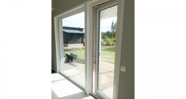 Kiinteän ikkunan voi suunnitella alkamaan aivan lattian tasolta. Kokolasinen parvekeovi avautuu ulospäin. (Kempele)