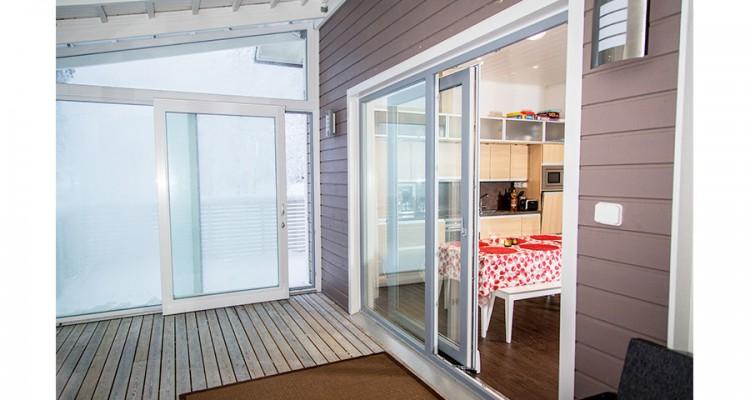 Tässä kodissa on sovellettu Iccunan tuomaa uutta tila-ajattelua. Iccunan kokolasisista liukuovista kuljetaan keittiöstä lasitetulle terassille ja edelleen ulos asti. (Hyrynsalmi)