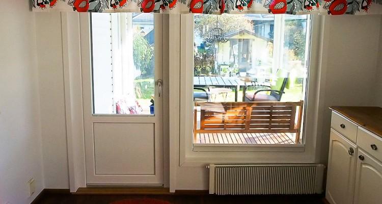 Osin levytetty parvekeovi sopii tämän talon tyyliin. Vieressä kiinteä ikkuna, joka sopivaan paikkaan sijoitettuna tuo kustannussäästöä. (Nokia)