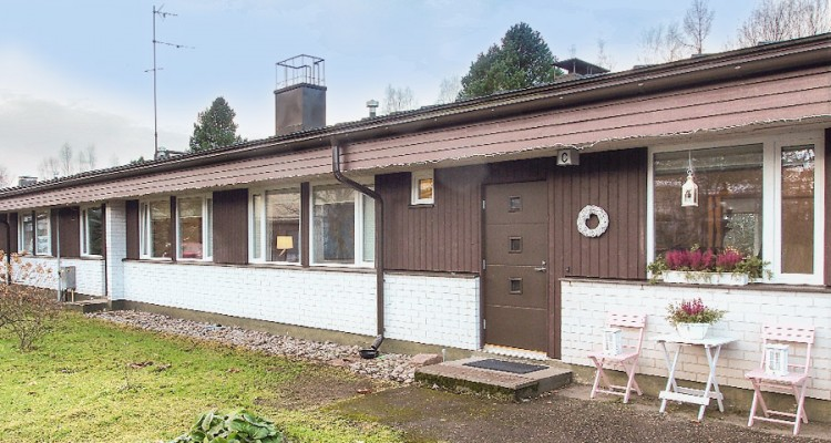 Tämän 60-luvun rivitalon energiatehokkuus parani huomattavasti ikkunat uusimalla.