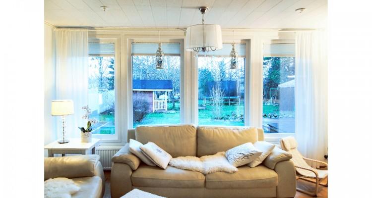 Tämän kodin ikkunoihin asensimme Visor vekkikaihtimet. Kaihtimen kankaan väri 1250. (Valkeala)