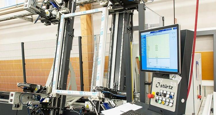 Nelipäinen kulmahitsauskone hitsaa kaikki kulmat samanaikaisesti. (Iccunan Nivalan tehdas)