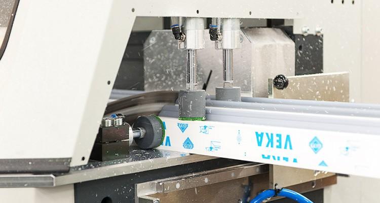 Iccunoiden tasaisen laadun varmistaa tehtaan uusinta teknologiaa olevat koneet ja laitteet. (Iccunan Nivalan tehdas)