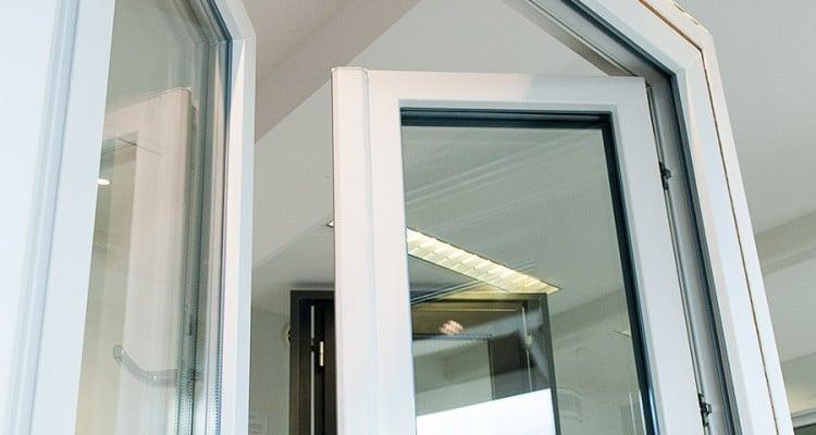 Ranskalaisessa ikkunassa ei ole kiinteää välikarmia. (Iccunan Nivalan esittelytila)
